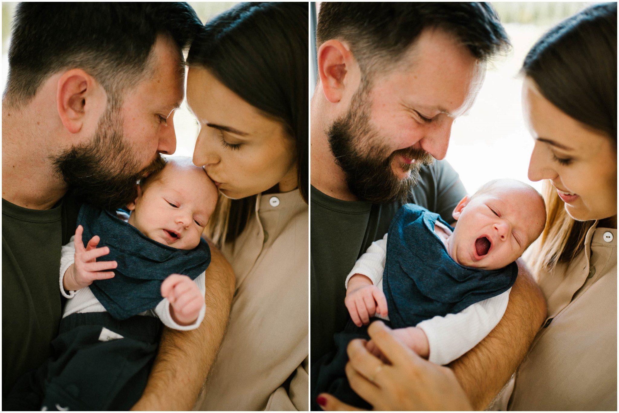 Rodzice całują niemowlaka - sesja noworodkowa lifestyle w Poznaniu