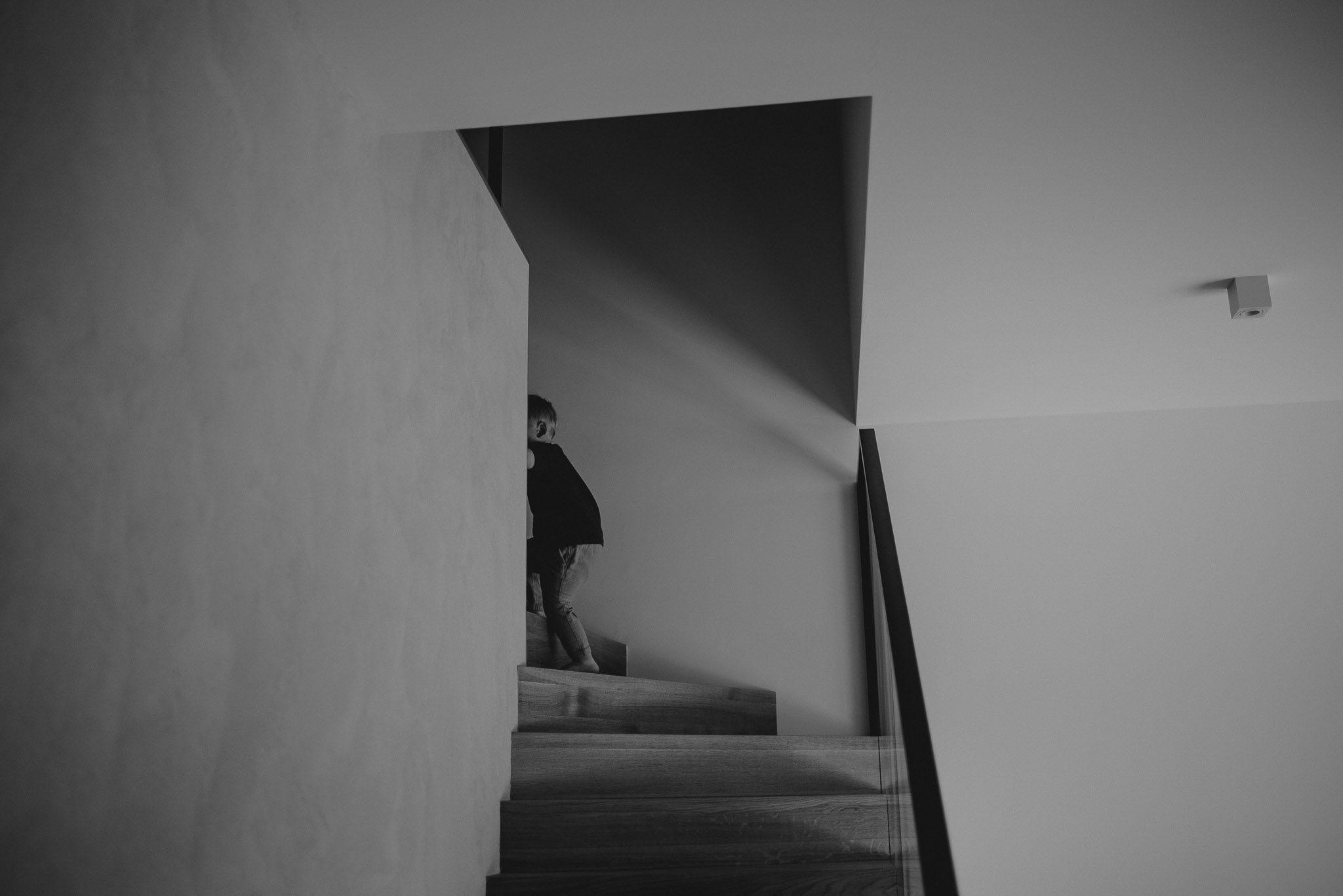 Chłopiec wchodzi po schodach - sesja noworodkowa lifestyle w Poznaniu