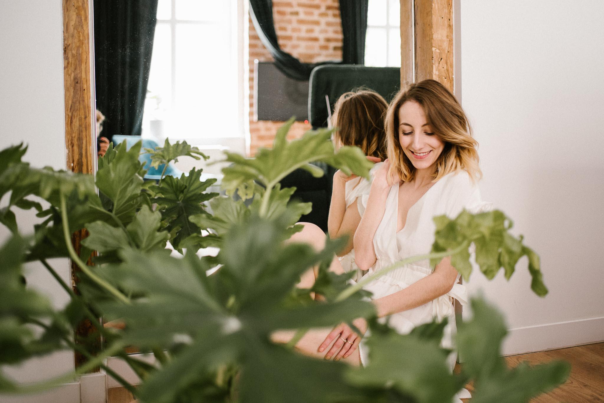 Kobieta siedzi przed lustrem na podłodze podczas kobiecej sesji