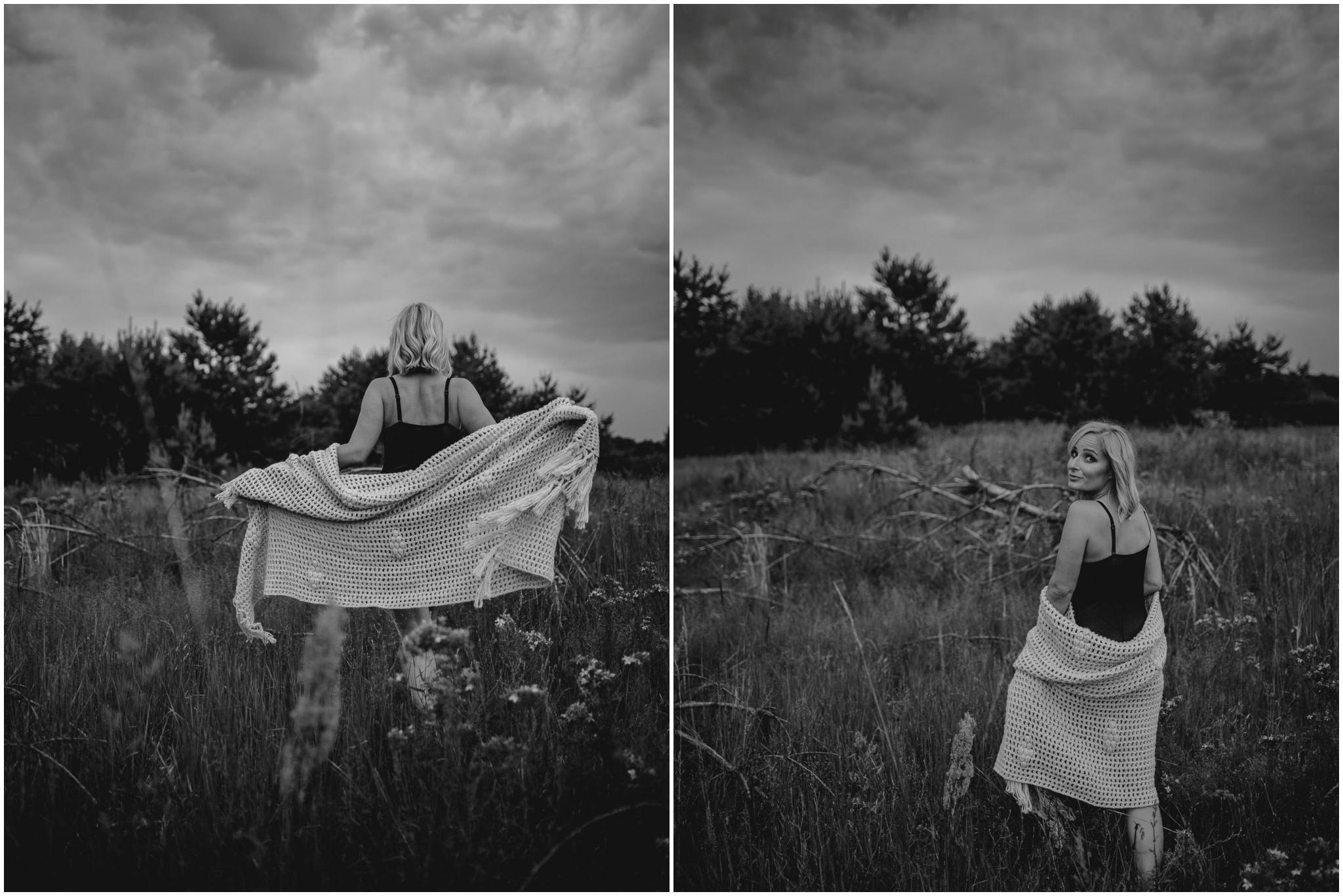 Kobieta w bieliźnie spaceruje na łące - sesja kobieca sensualna w plenerze Poznań