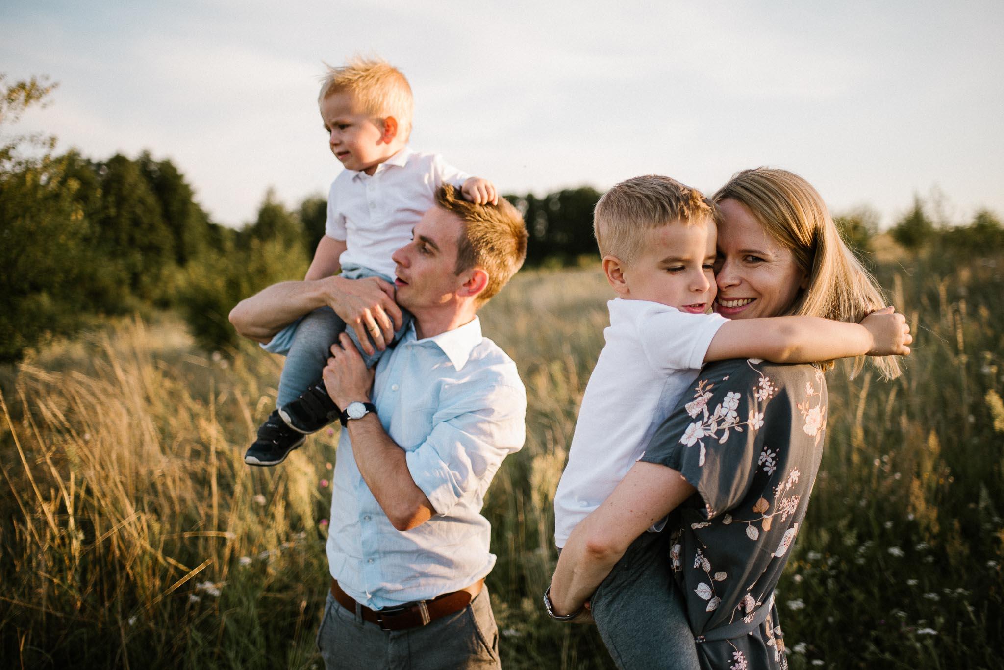 Rodzice z synami na łące - Sesja dla rodziny na łące Poznań
