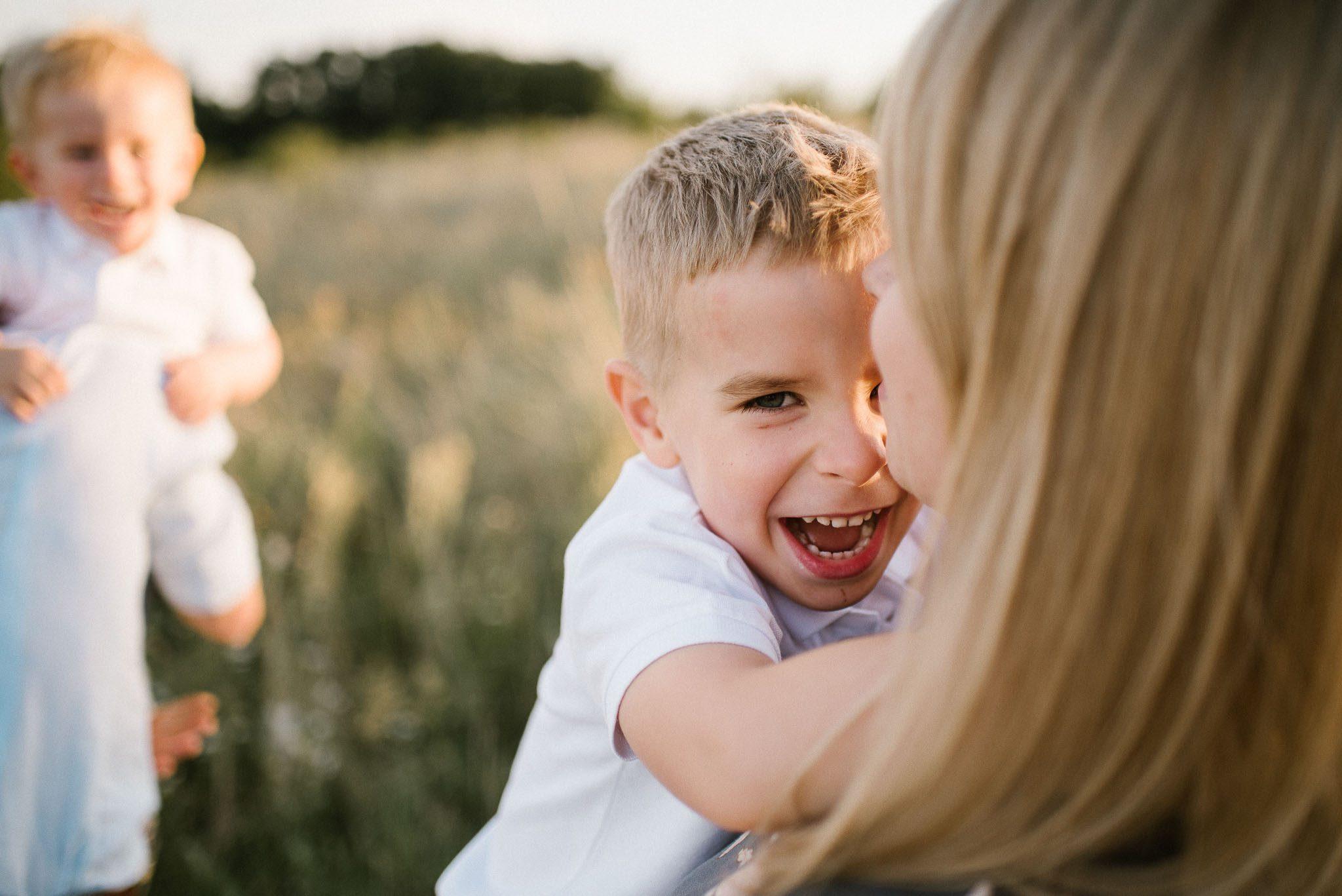 Chłopiec z mamą przytulają się na łące - Zdjęcie z pleneru na łące Poznań