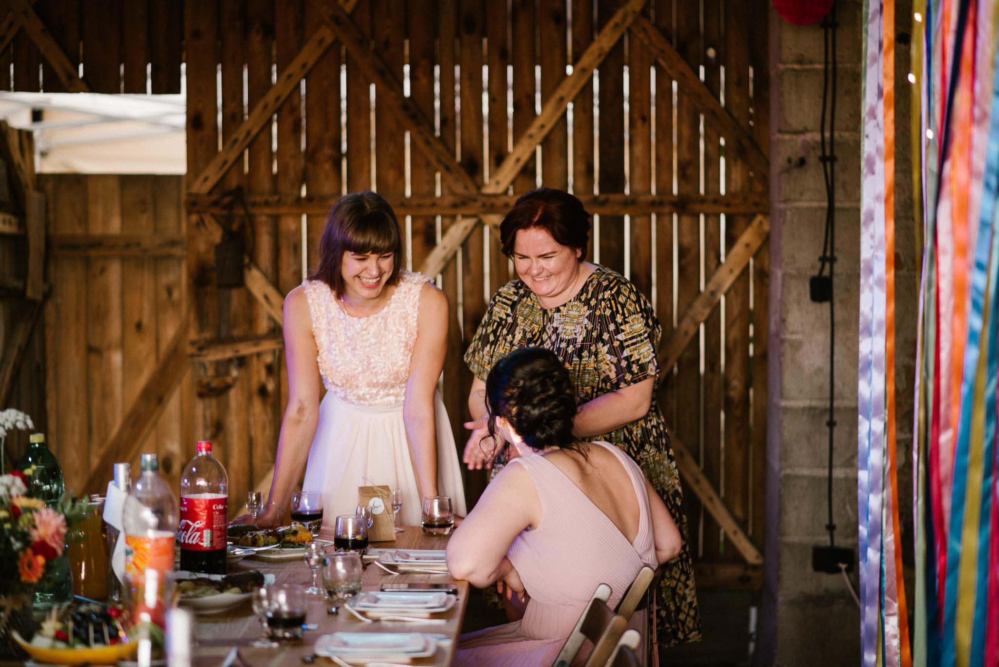Goście siedzą przy stole na weselu - ślub w stodole w Dyrkowie