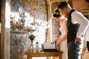 Para młoda ogląda księgę gości - wesele w stodole Dyrkowo