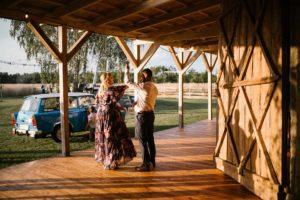 Goście weselni tańczą na tarasie - ślub w stodole Dyrkowo