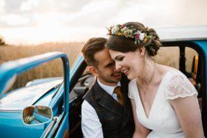 Para młoda w niebieskim trabancie - ślub w stodole w Dyrkowie Sesja ślubna z trabantem