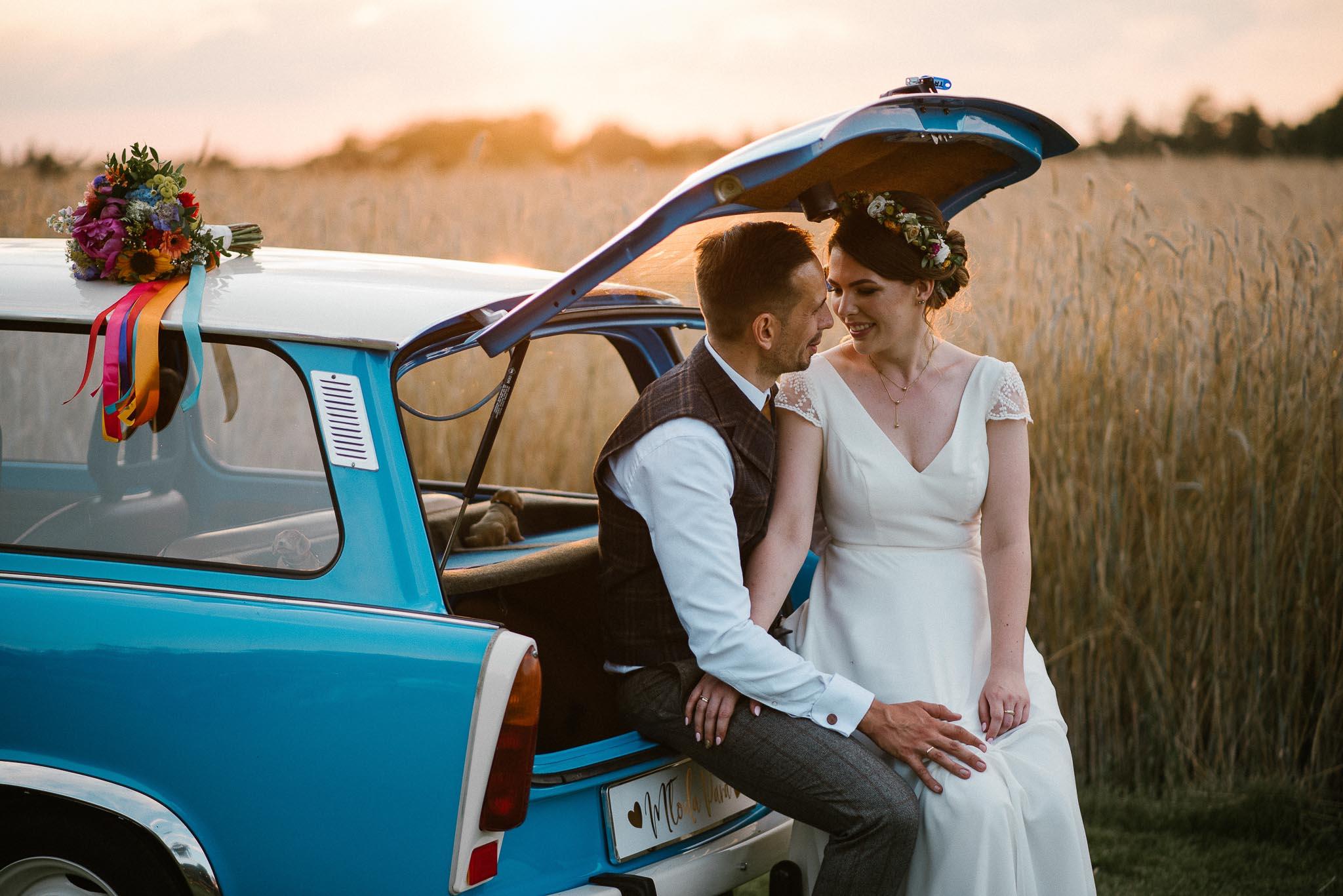 Para młoda w niebieskim trabancie - ślub w stodole w Dyrkowie