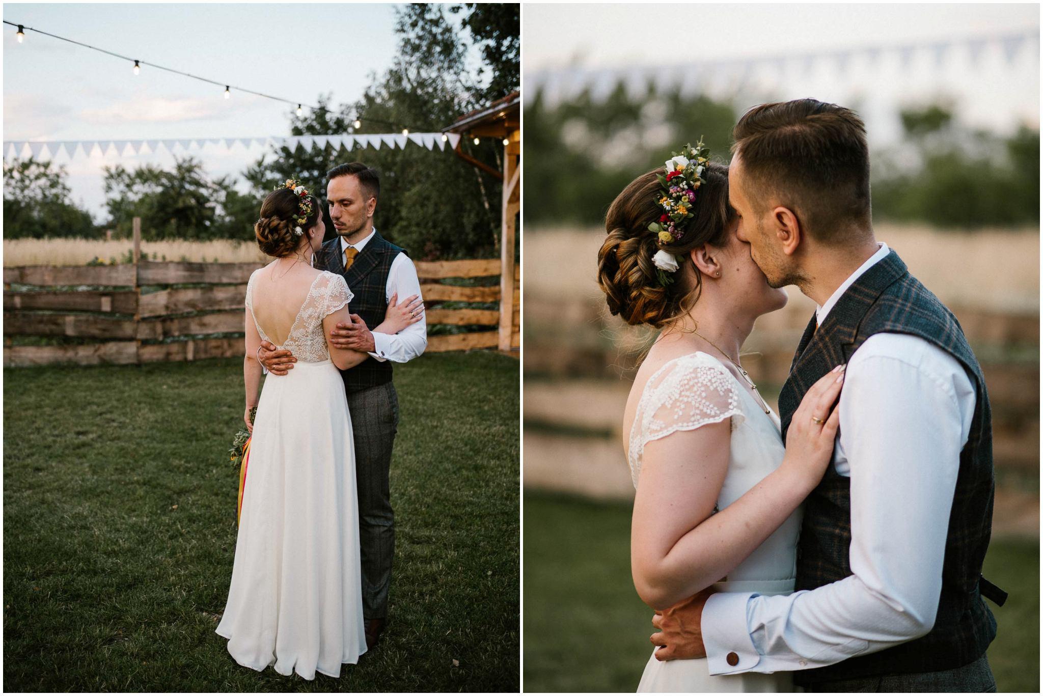 Para młoda całuje się przy stodole - sesja ślubna w plenerze Poznań