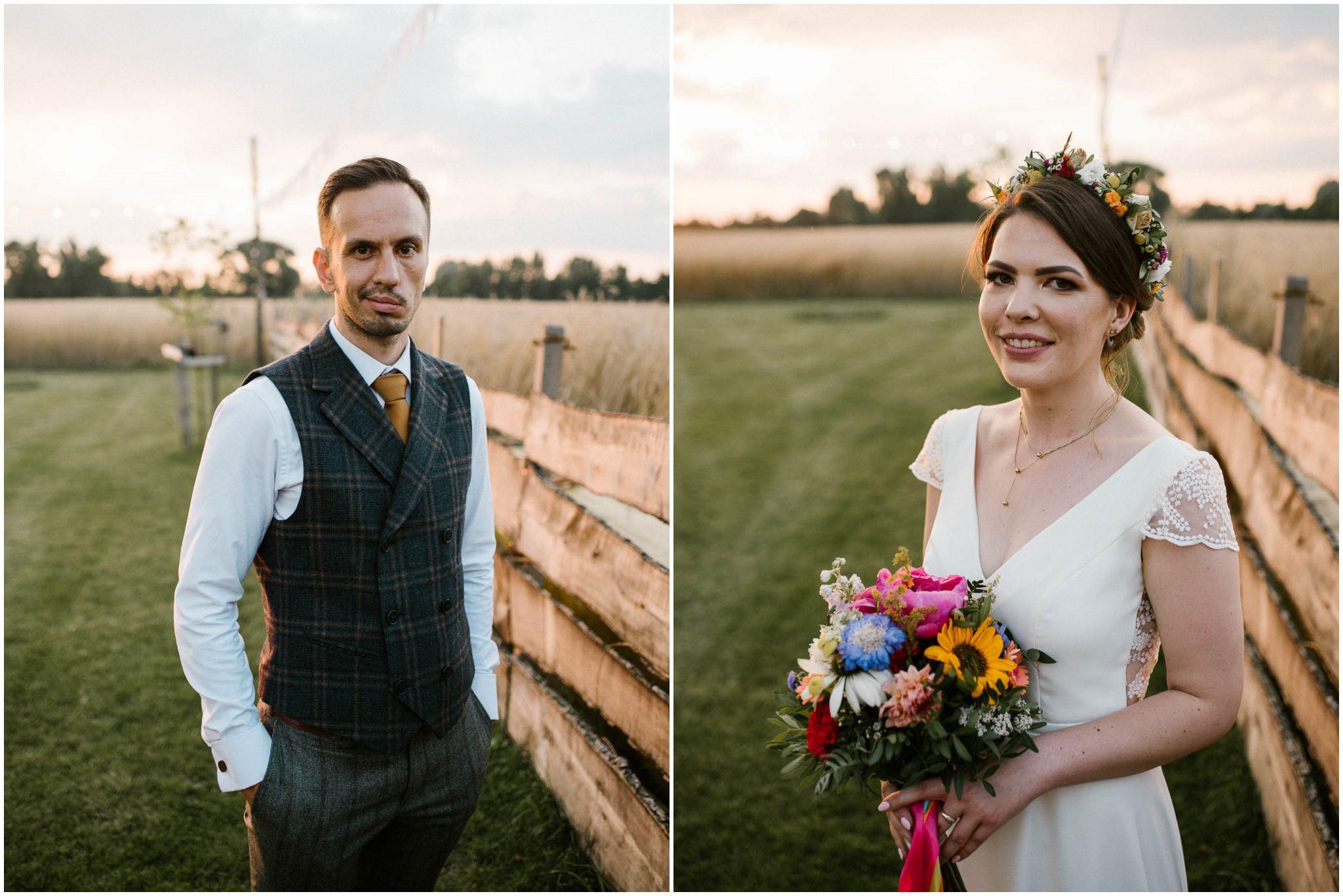 Pan młody i panna młoda - sesja ślubna w plenerze w Dyrkowie przy stodole
