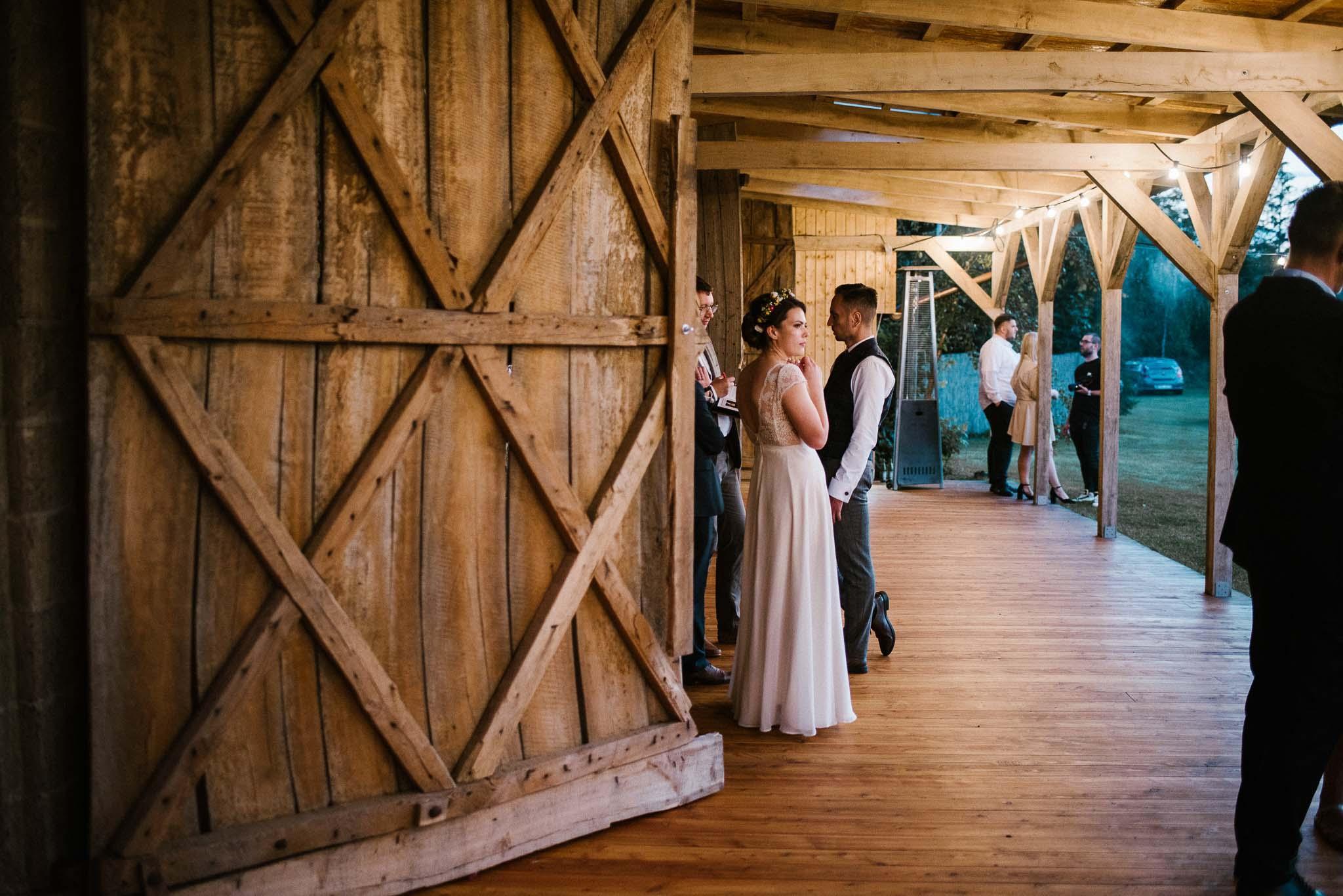 Nowożeńcy na tarasie stodoły