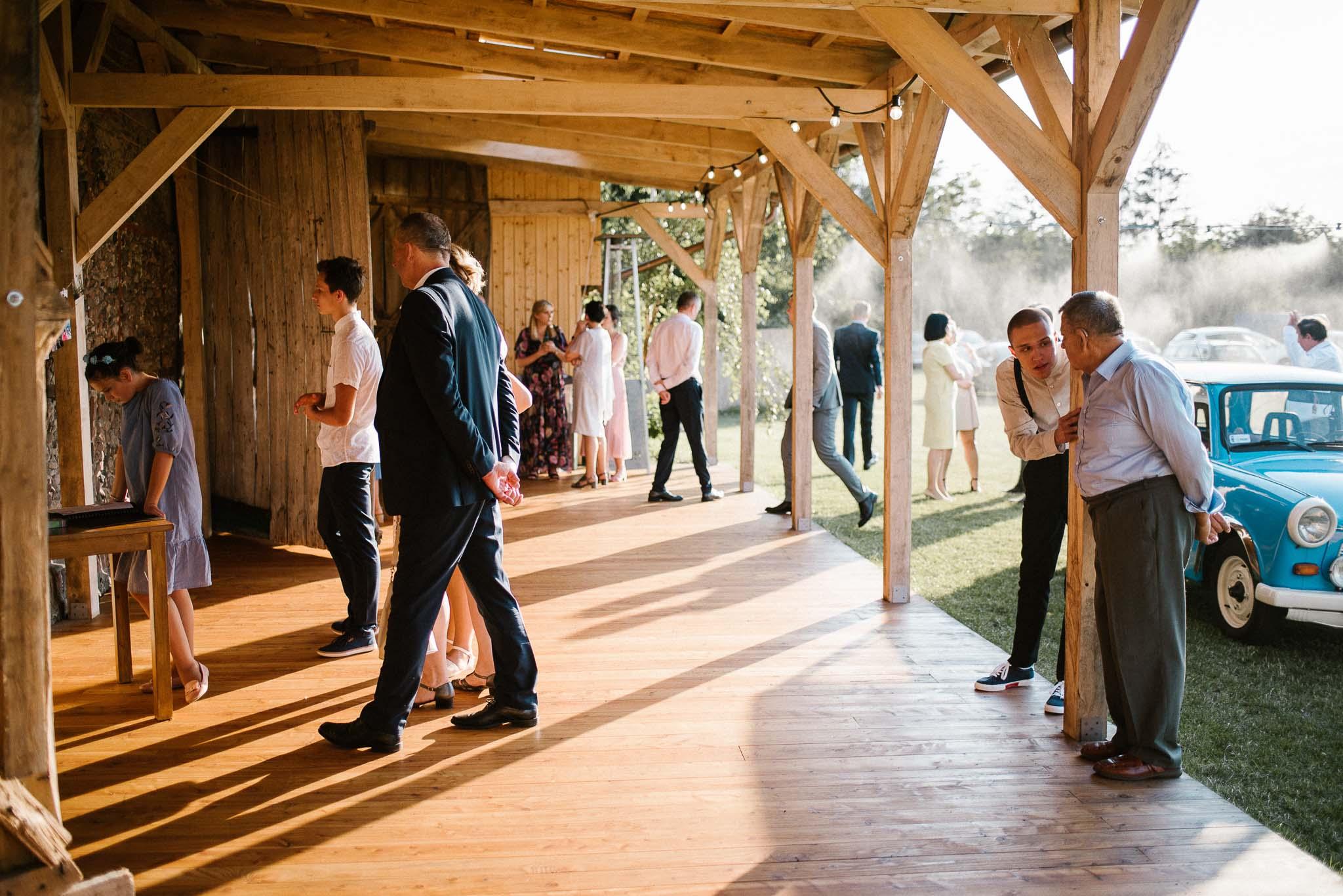 Goście na tarasie stodoły - sesja ślubna w stodole Dyrkowo
