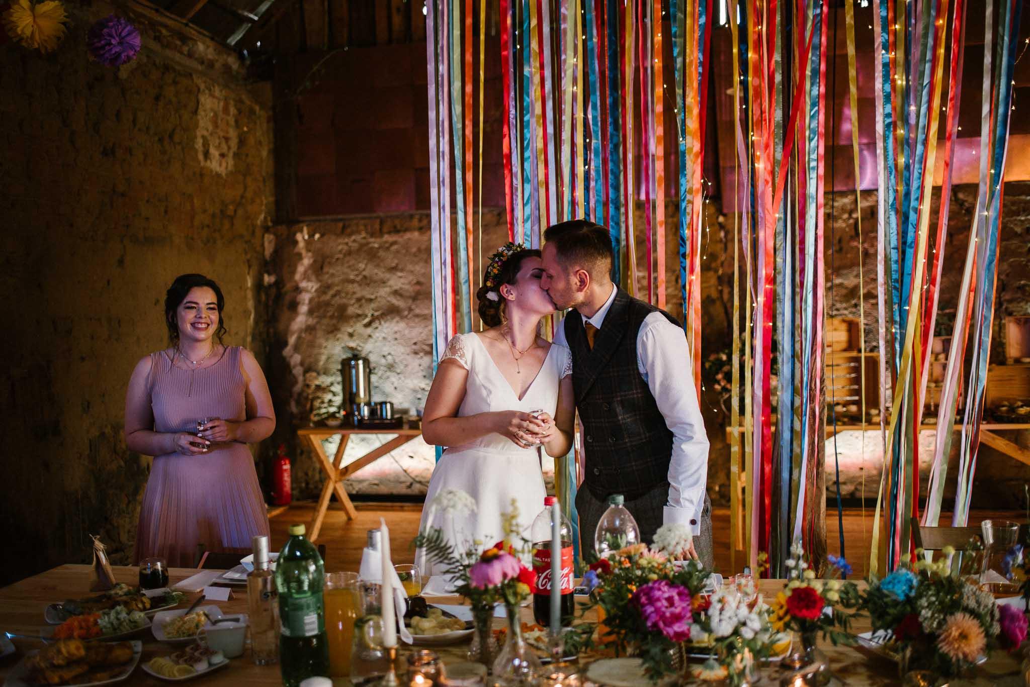 Nowożeńcy całują się w stodole w Dyrkowie