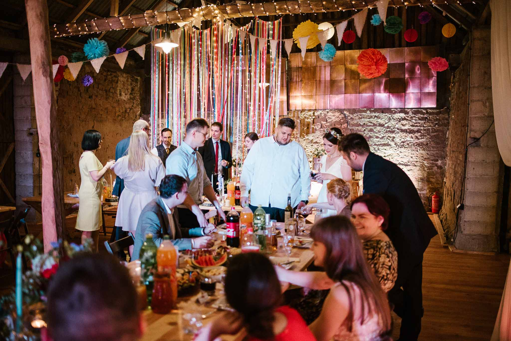 Goście weselni w stodole - ślub w stodole Dyrkowo