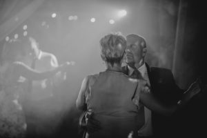 Goście weselni tańczą na weselu w stodole - ślub w stodole Dyrkowo