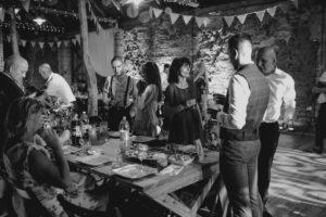 Goście weselni rozmawiają na weselu w stodole - ślub w stodole Dyrkowo