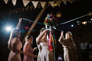 Oczepiny na weselu w stodole - ślub w stodole w Dyrkowie