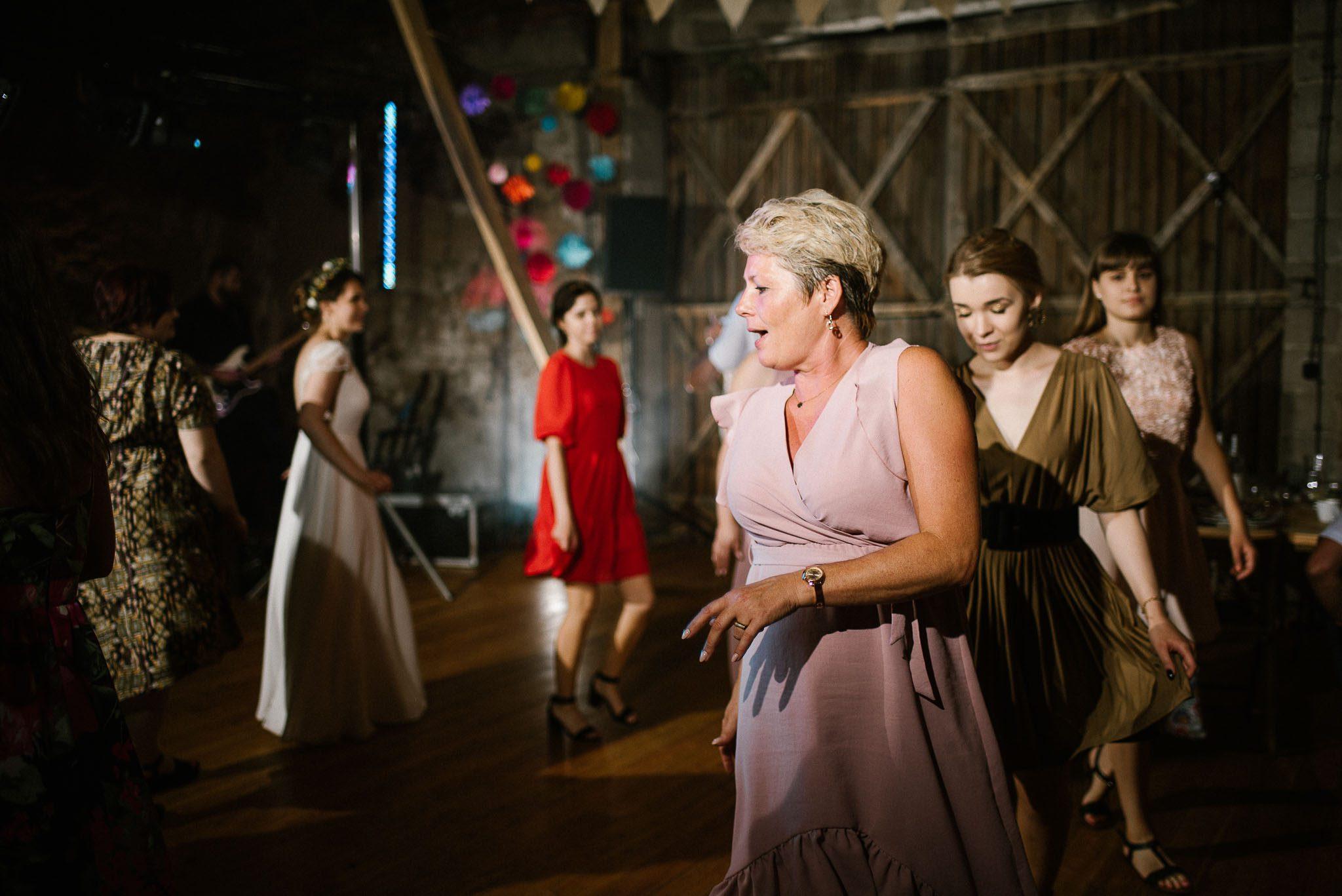 Goście tańczą pociąg na weselu w stodole - ślub w stodole Dyrkowo