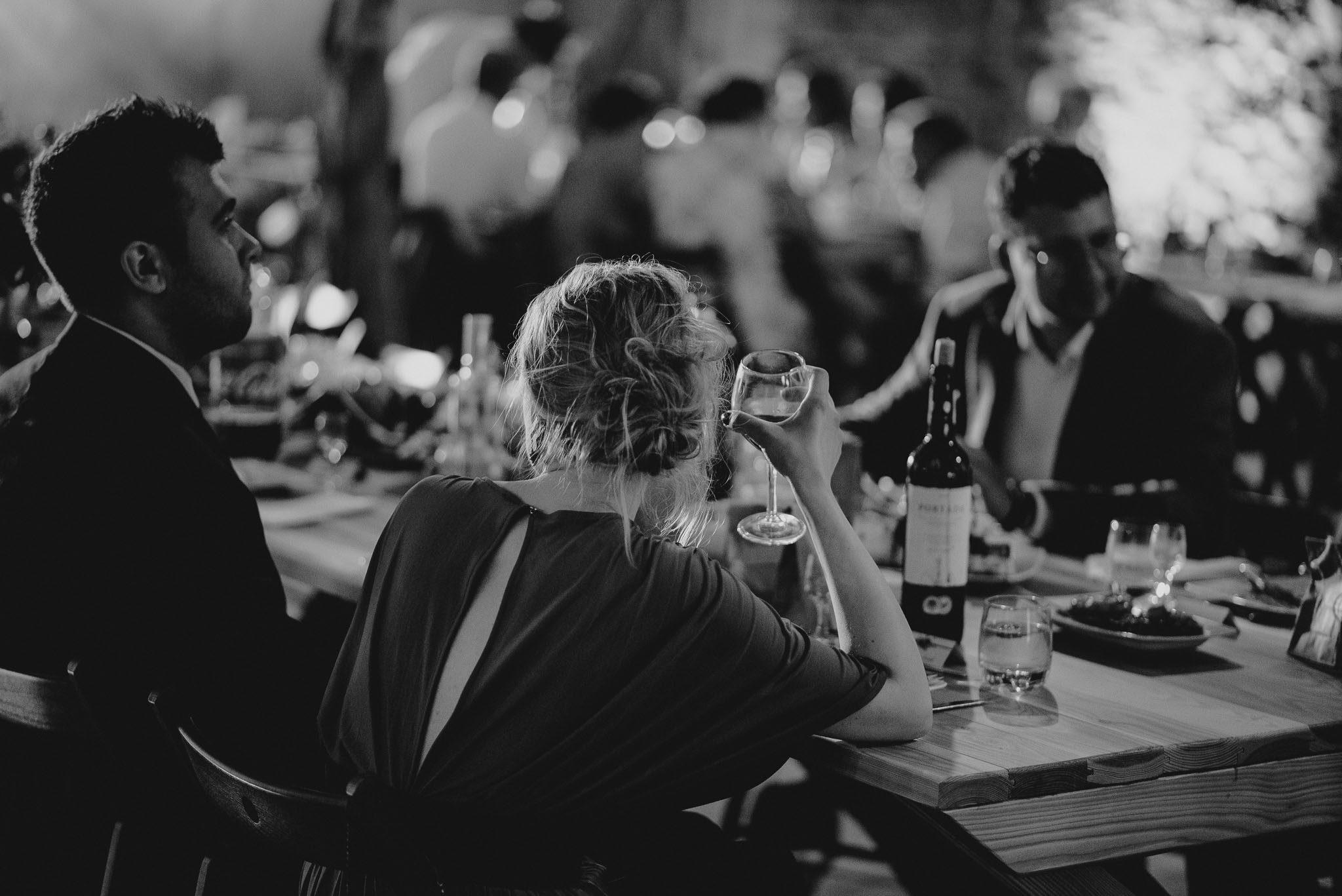 Goście weselni siedzą przy stołach w stodole - ślub w stodole Dyrkowo