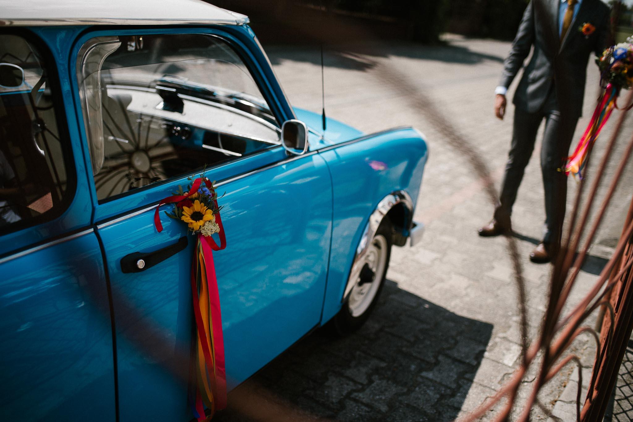 Stary niebieski samochód ślubny - ślub w stodole Dyrkowo
