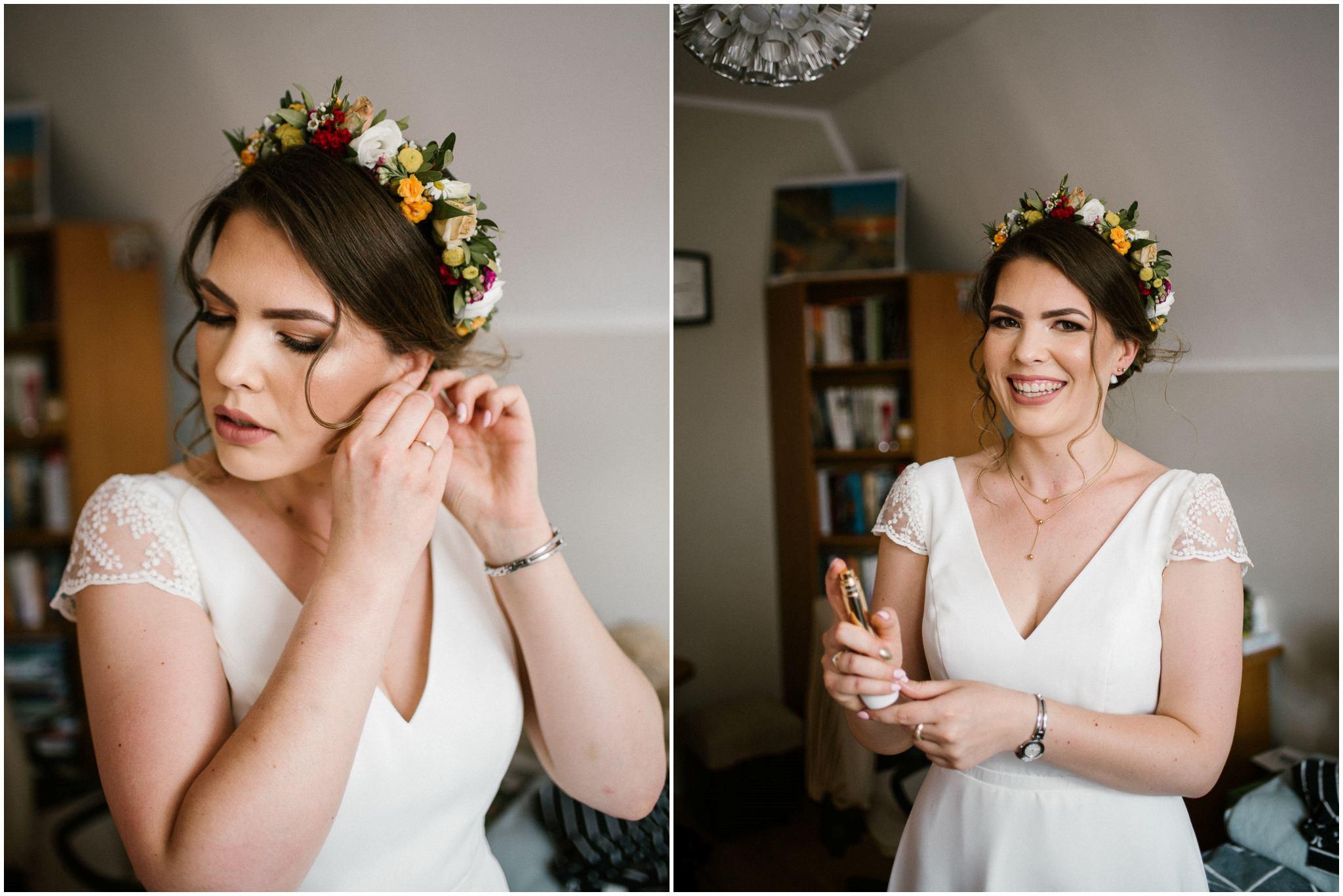 Panna młoda zakłada biżuterię - ślub w stodole w Dyrkowie