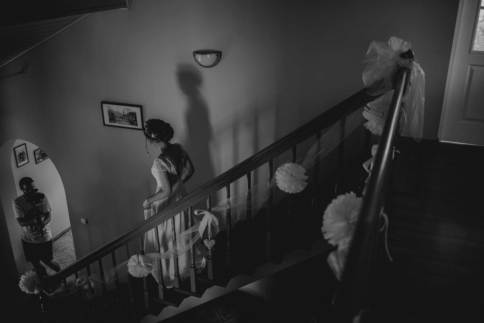 Panna młoda schodzi po schodach - ślub w stodole w Dyrkowie