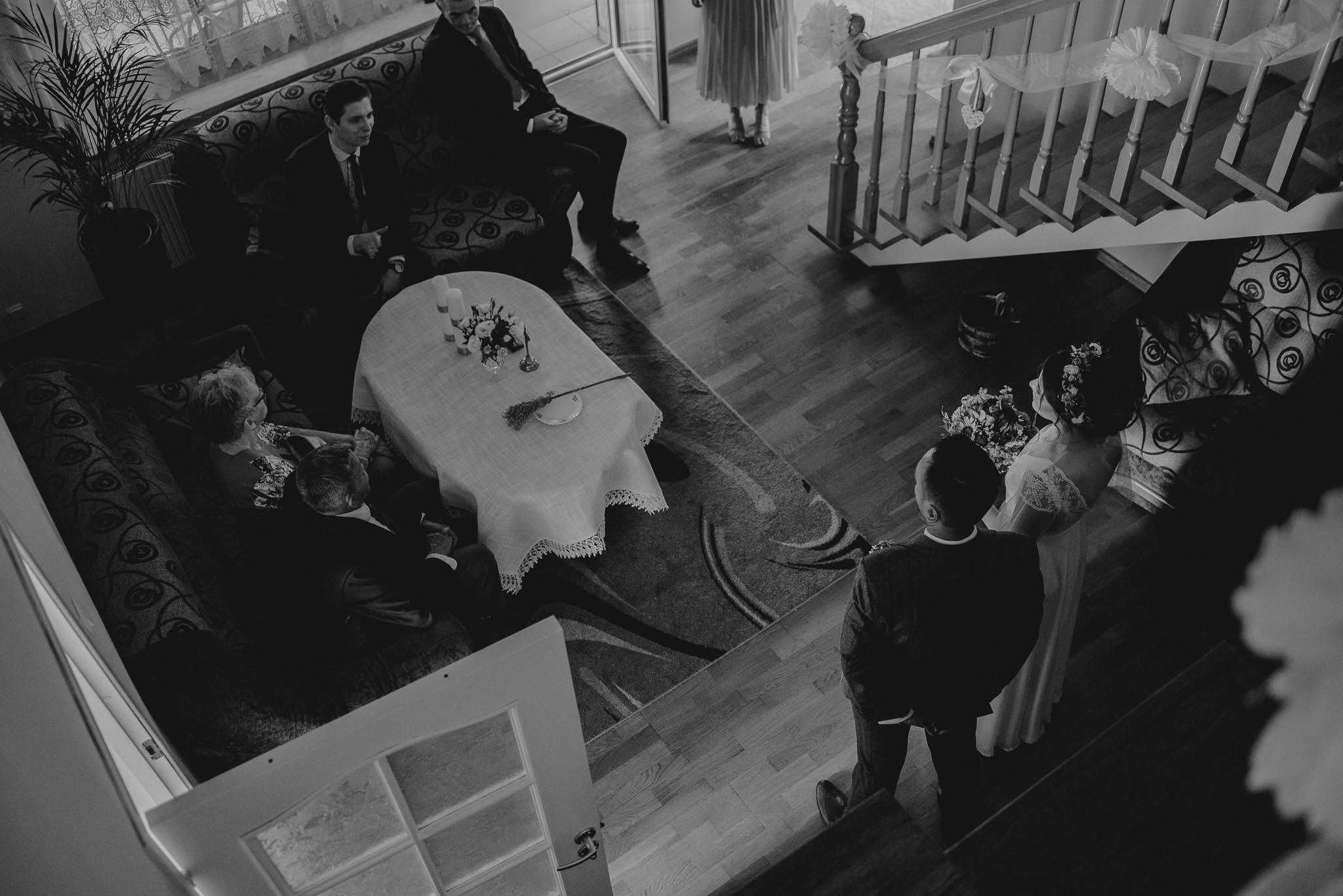 Państwo młodzi w domu panny młodej - ślub w stodole Dyrkowo