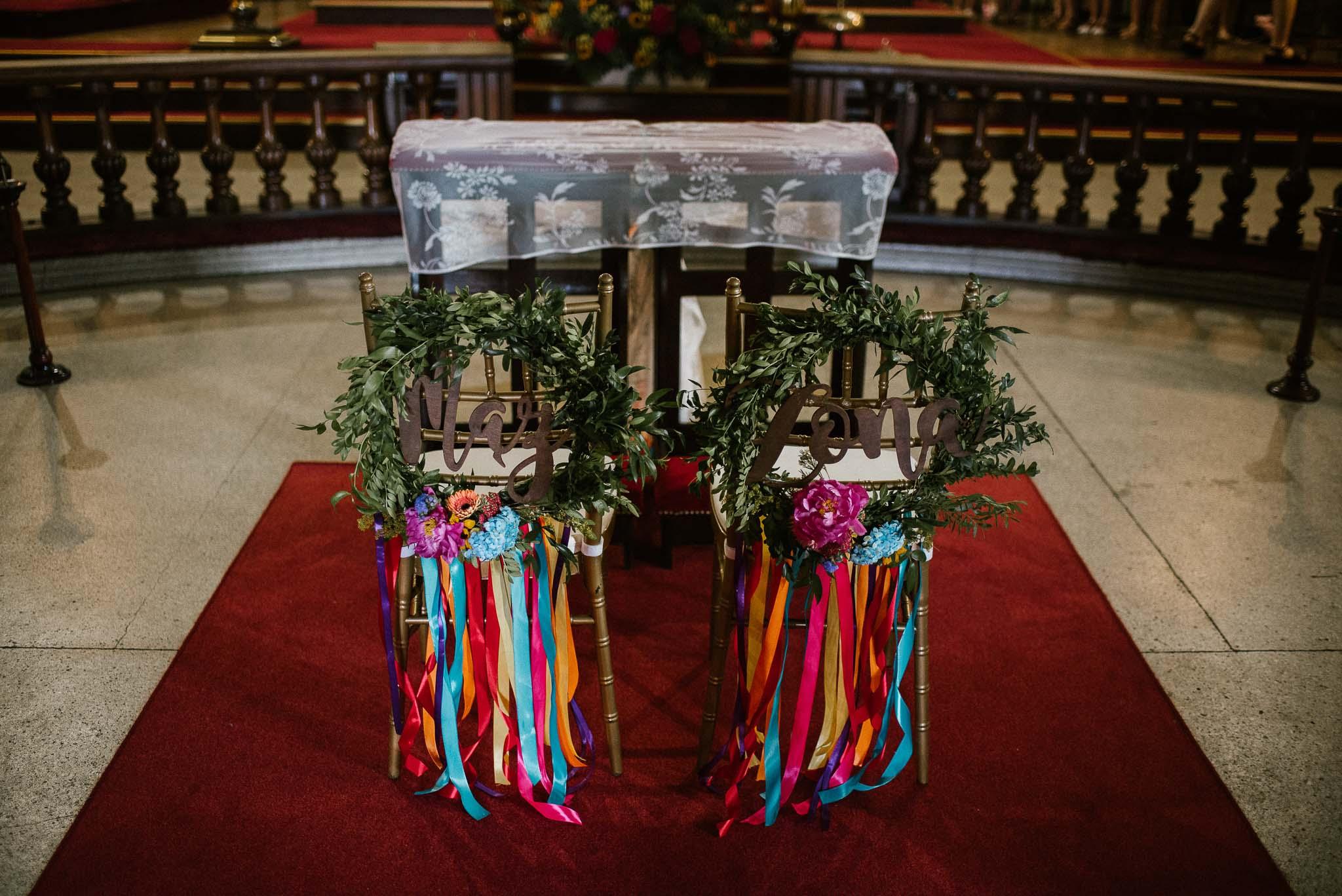 Ustrojony kościół, kolorowe wstążki i kwiaty - ślub w stodole w Dyrkowie