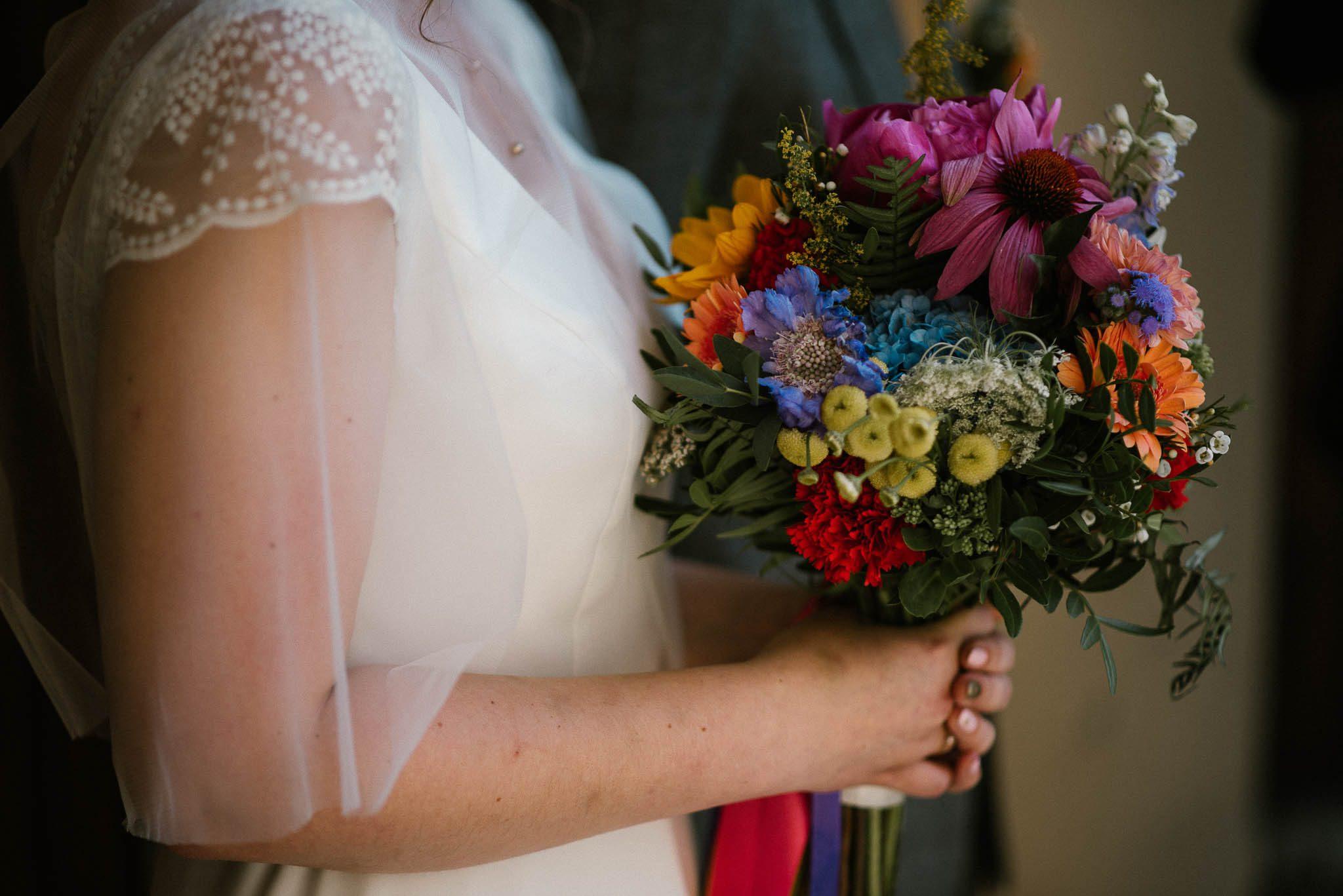 Kolorowy bukiet ślubny - ślub w stodole w Dyrkowie