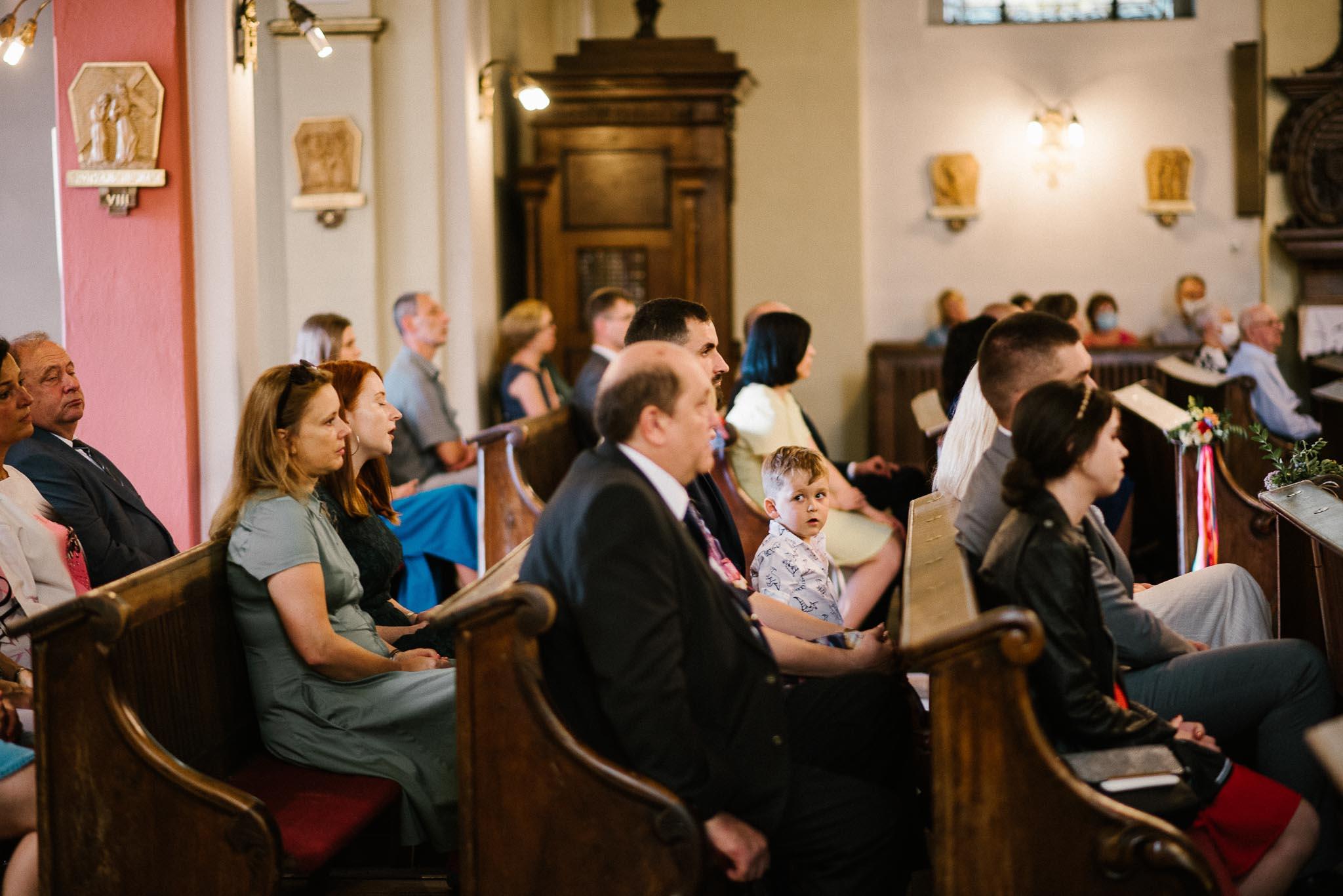 Goście w kościele na ślubie - ślub w stodole Dyrkowo