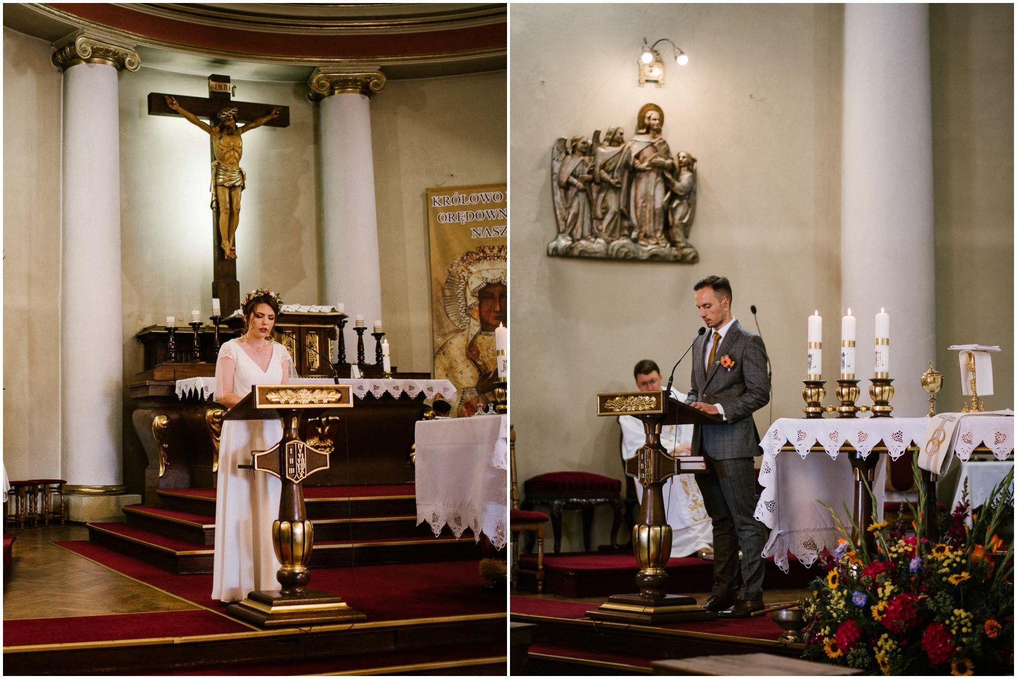 Państwo młodzi podczas czytania w kościele - ślub w stodole Dyrkowo