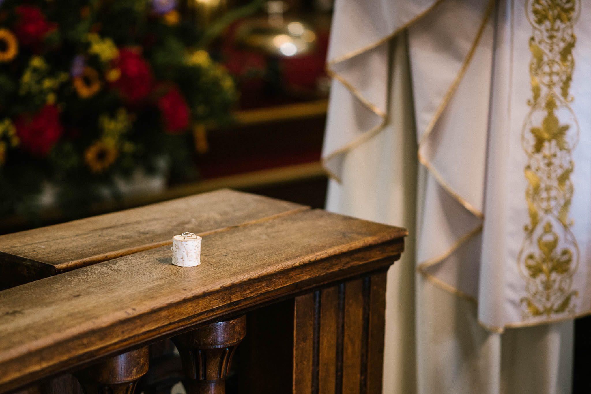 Obrączki w kościele - ślub w stodole Dyrkowo