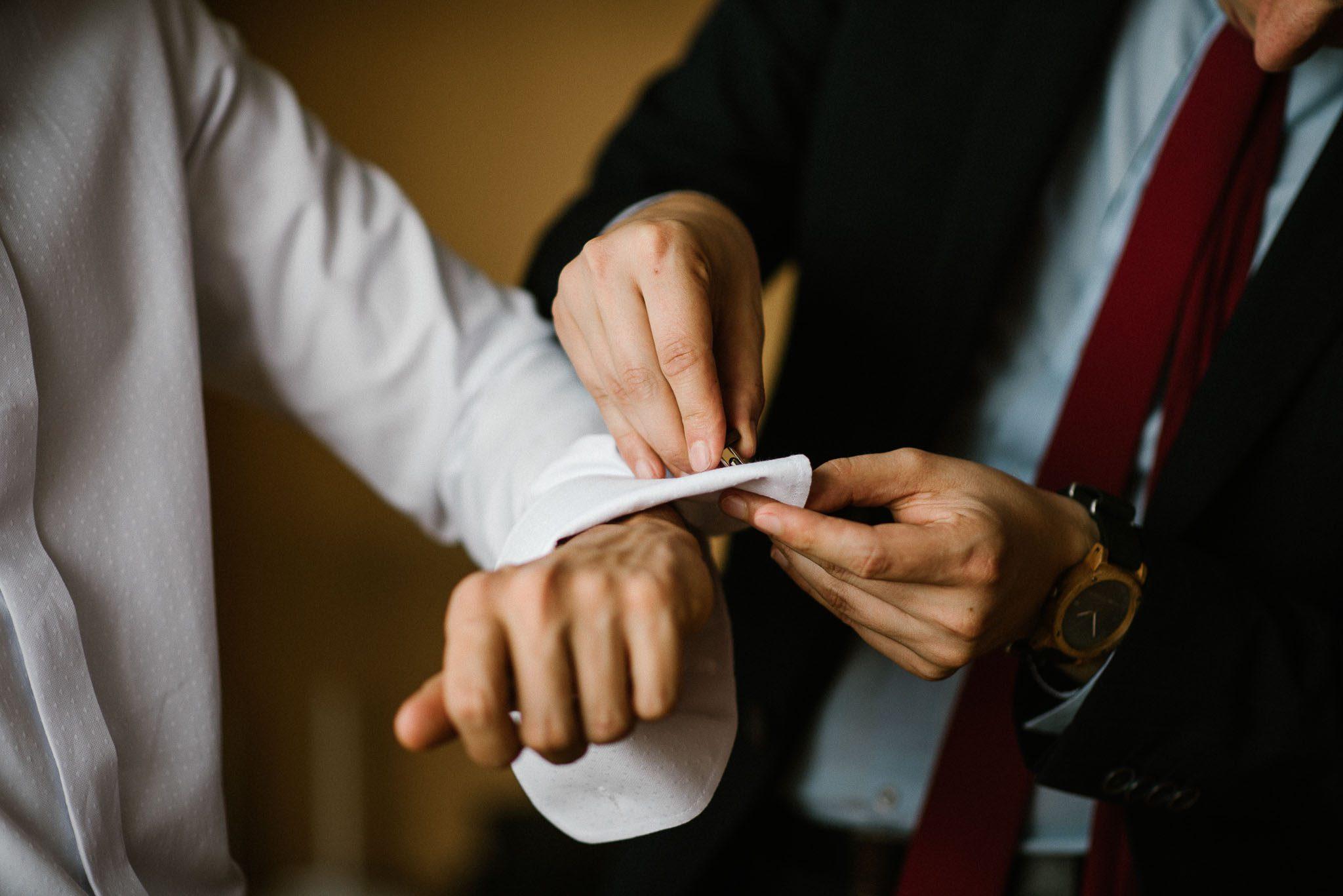 Pan młody szykuje się do ślubu - ślub w stodole w Dyrkowie