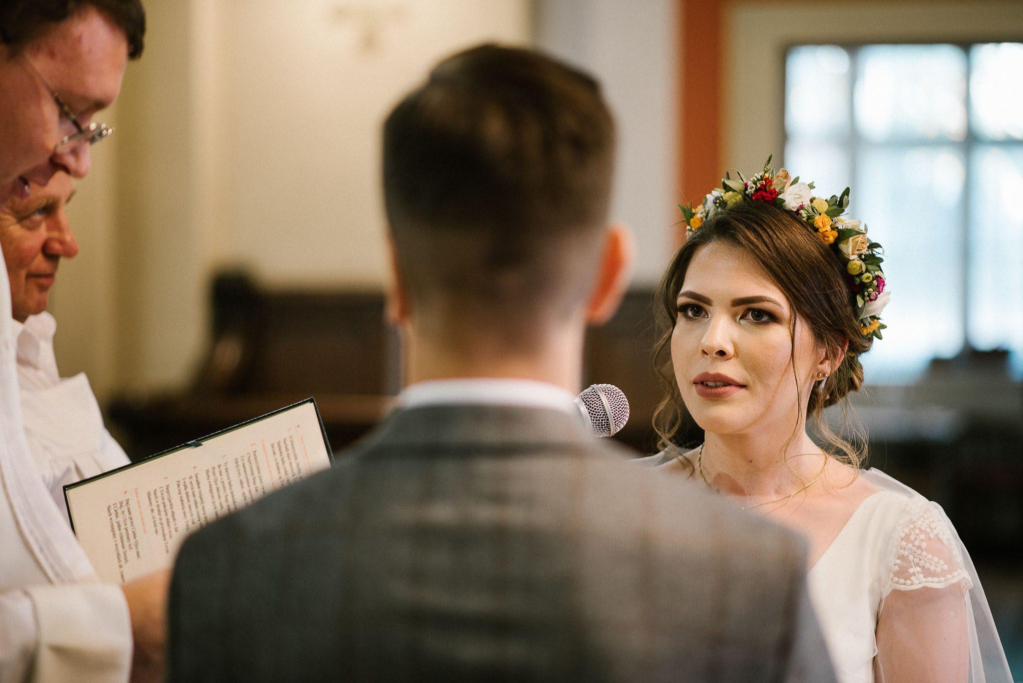 Para młoda podczas przysięgi małżeńskiej - ślub w stodole Dyrkowo