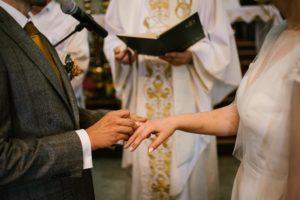 Pan młody zakłada żonie obrączkę - ślub w stodole Dyrkowo