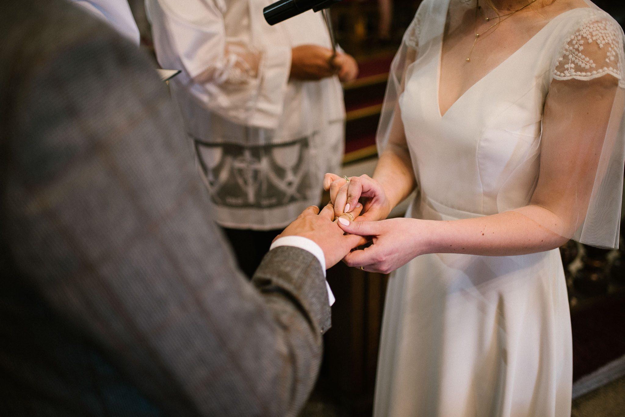 Pani młoda zakłada mężowi obrączkę - ślub w stodole Dyrkowo