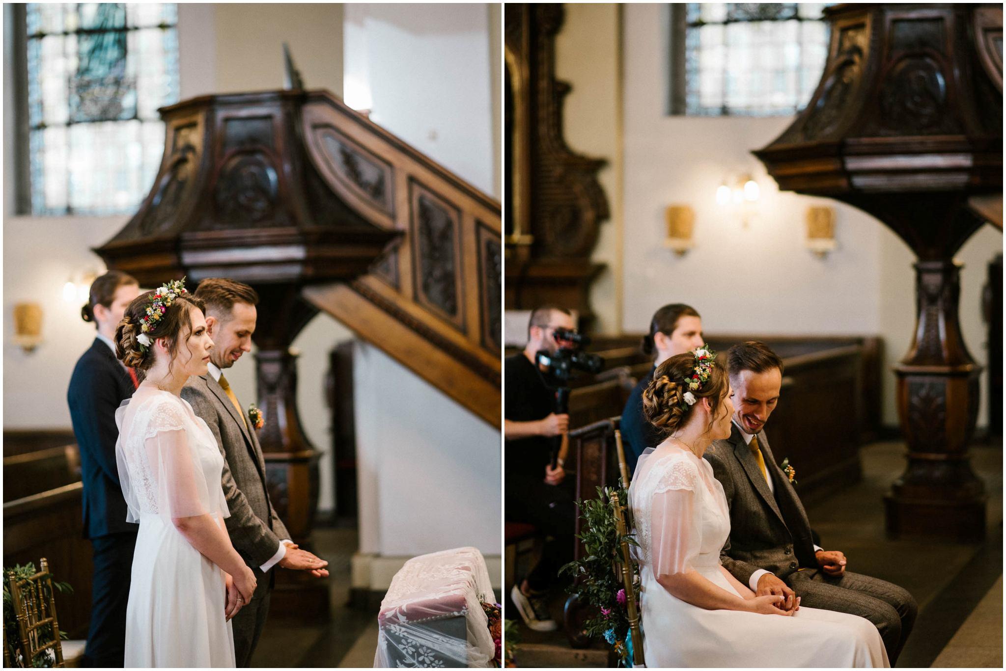 Para młoda przed ołtarzem - ślub w stodole w Dyrkowie