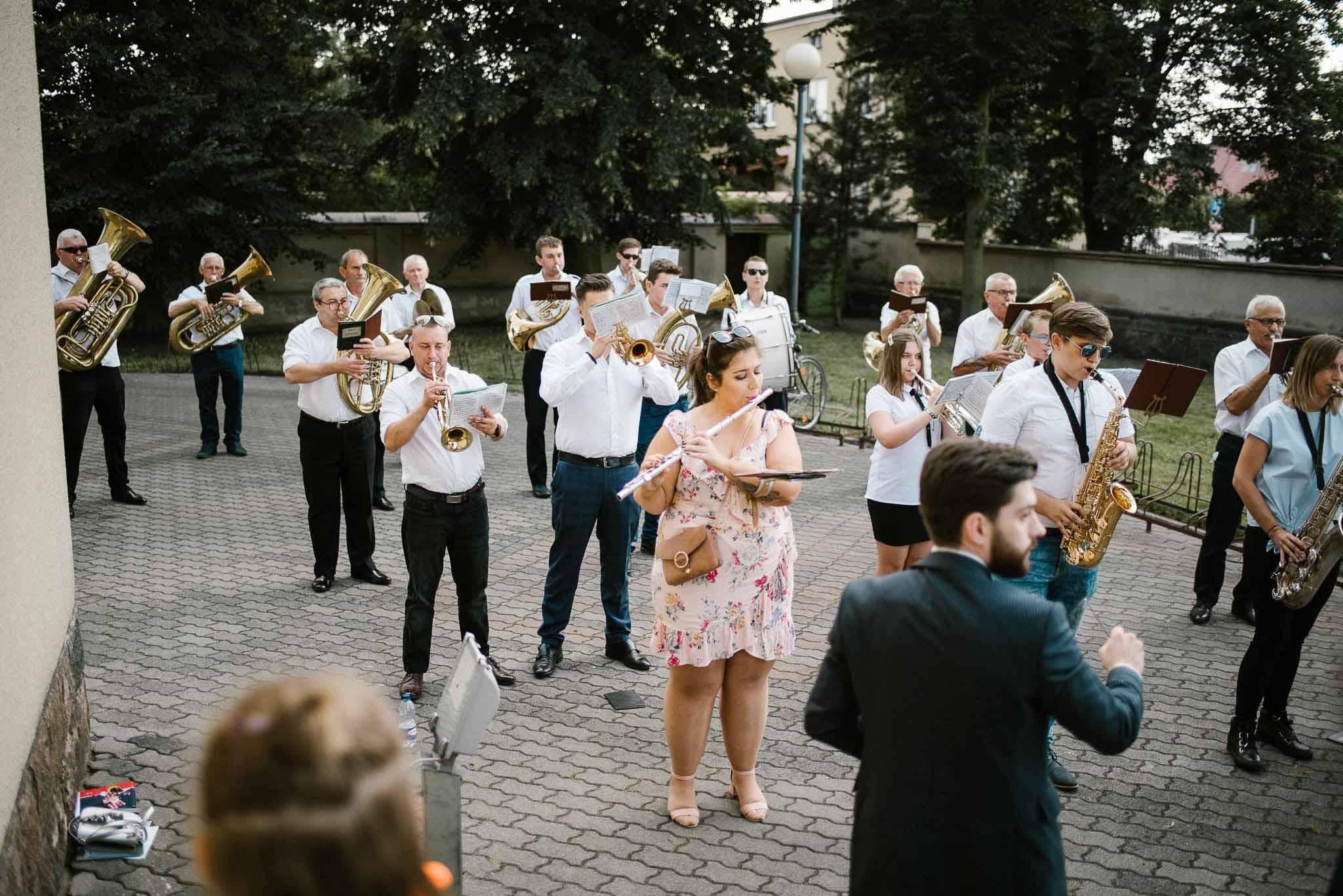 orkiestra przed kościołem - ślub w stodole w Dyrkowie