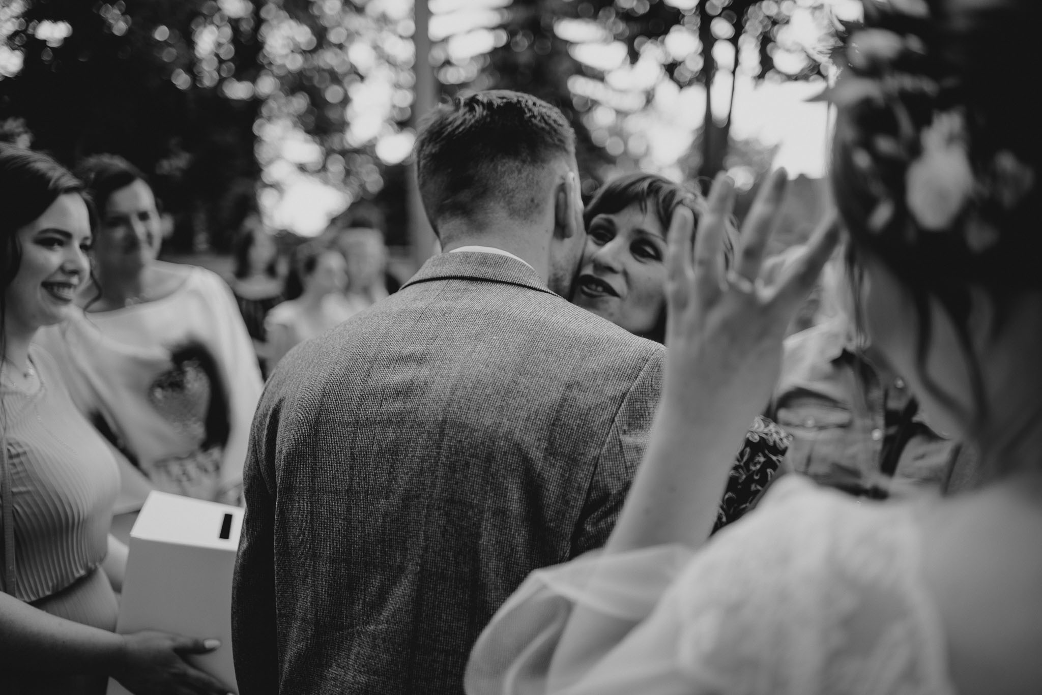 Goście składają życzenia nowożeńcom - ślub w stodole w Dyrkowie