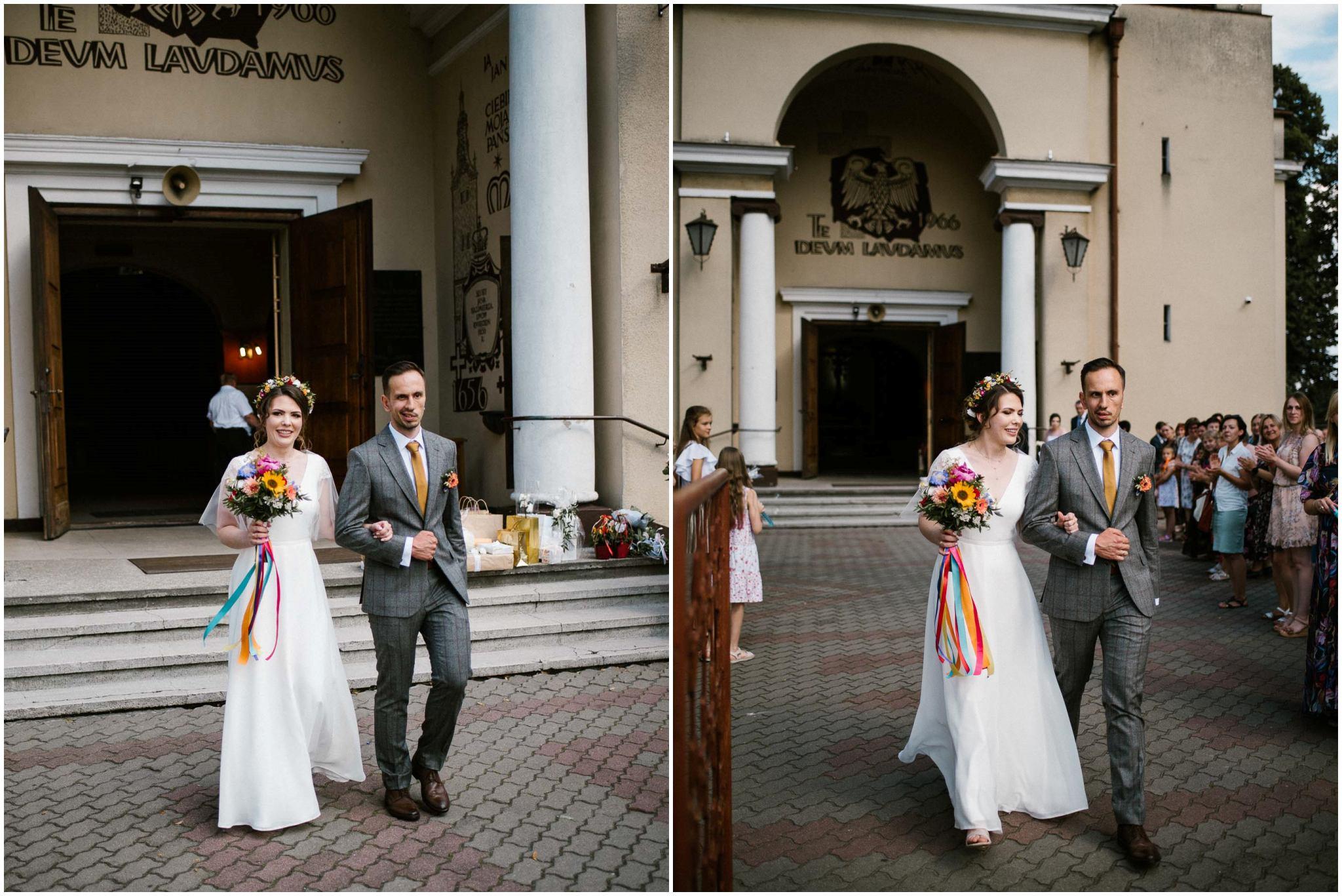 Para młoda wychodzi z kościoła - ślub w stodole w Dyrkowie