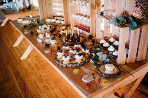 Wesele w stodole w Dyrkowie, dekoracje ślubne kolorowe, słodki stół