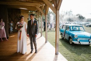Para młoda zajechała pod stodołę, w któej odbędzie się wesele - ślub w stodole Dyrkowo
