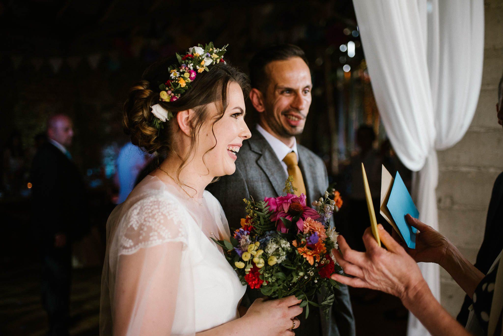Goście składają życzenia nowożeńcom - wesele w stodole w Dyrkowie