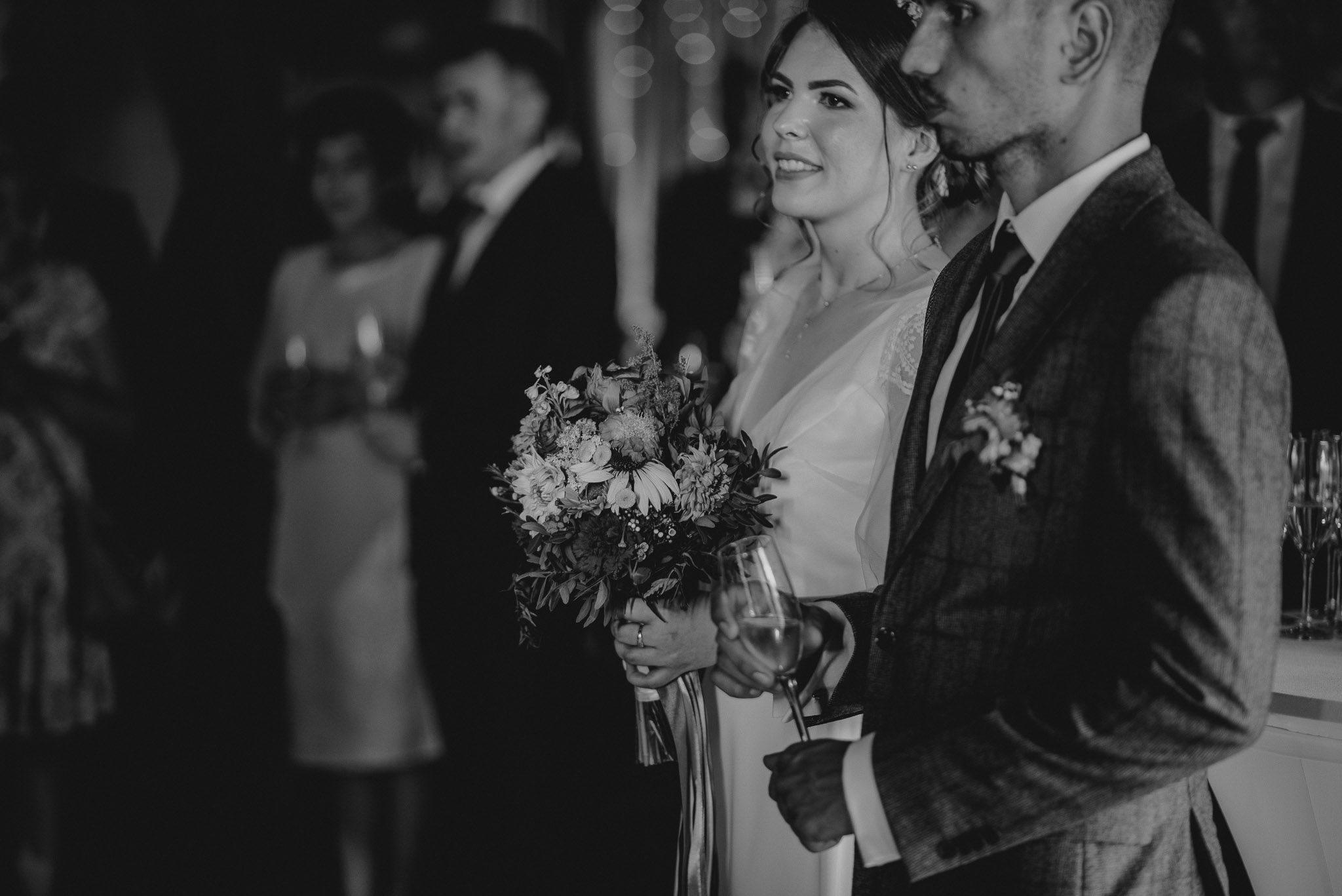 Para młoda stoi w stodole podczas wesela w Dyrkowie