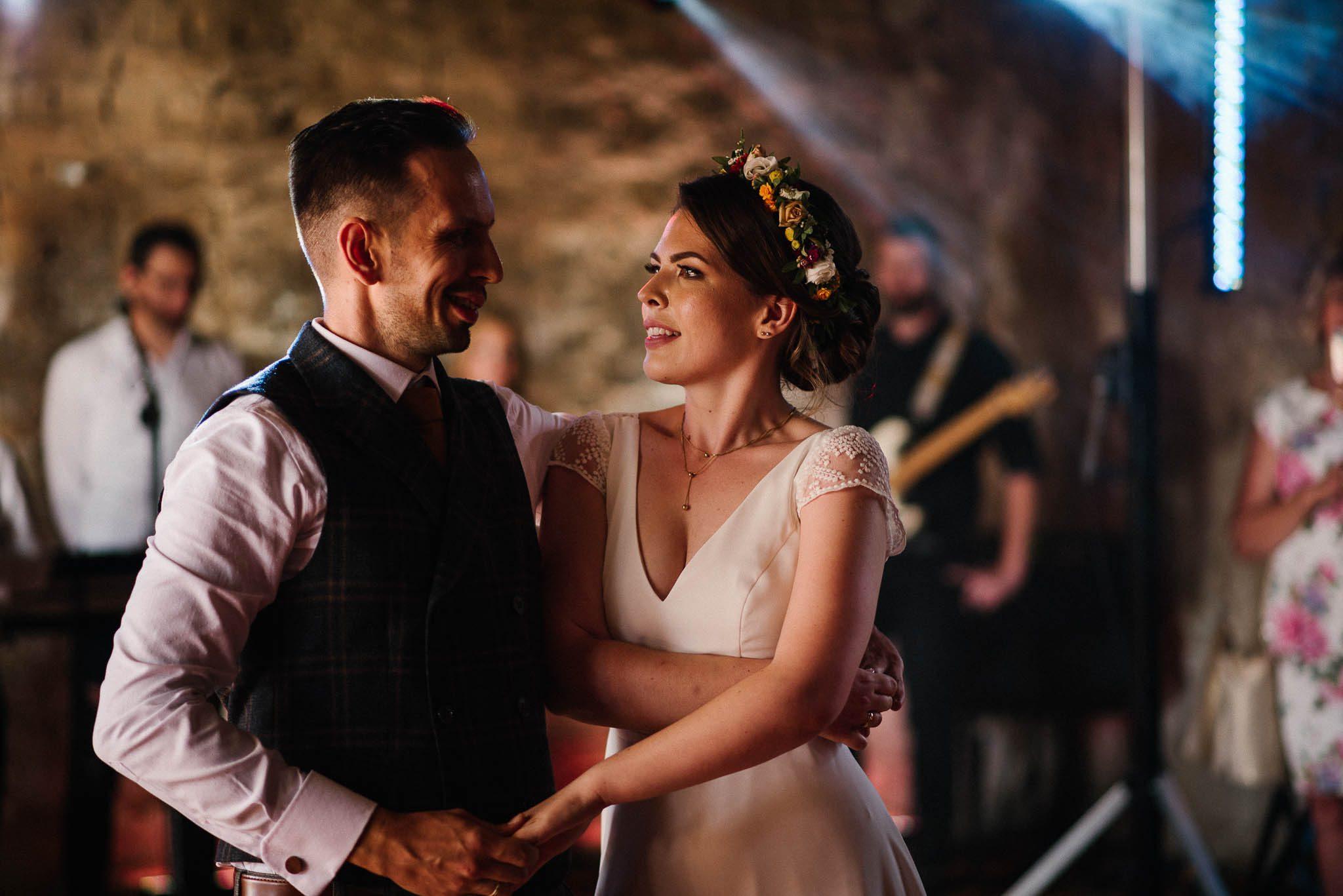 Pierwszy taniec nowożeńców w stodole - ślub w stodole w Dyrkowie