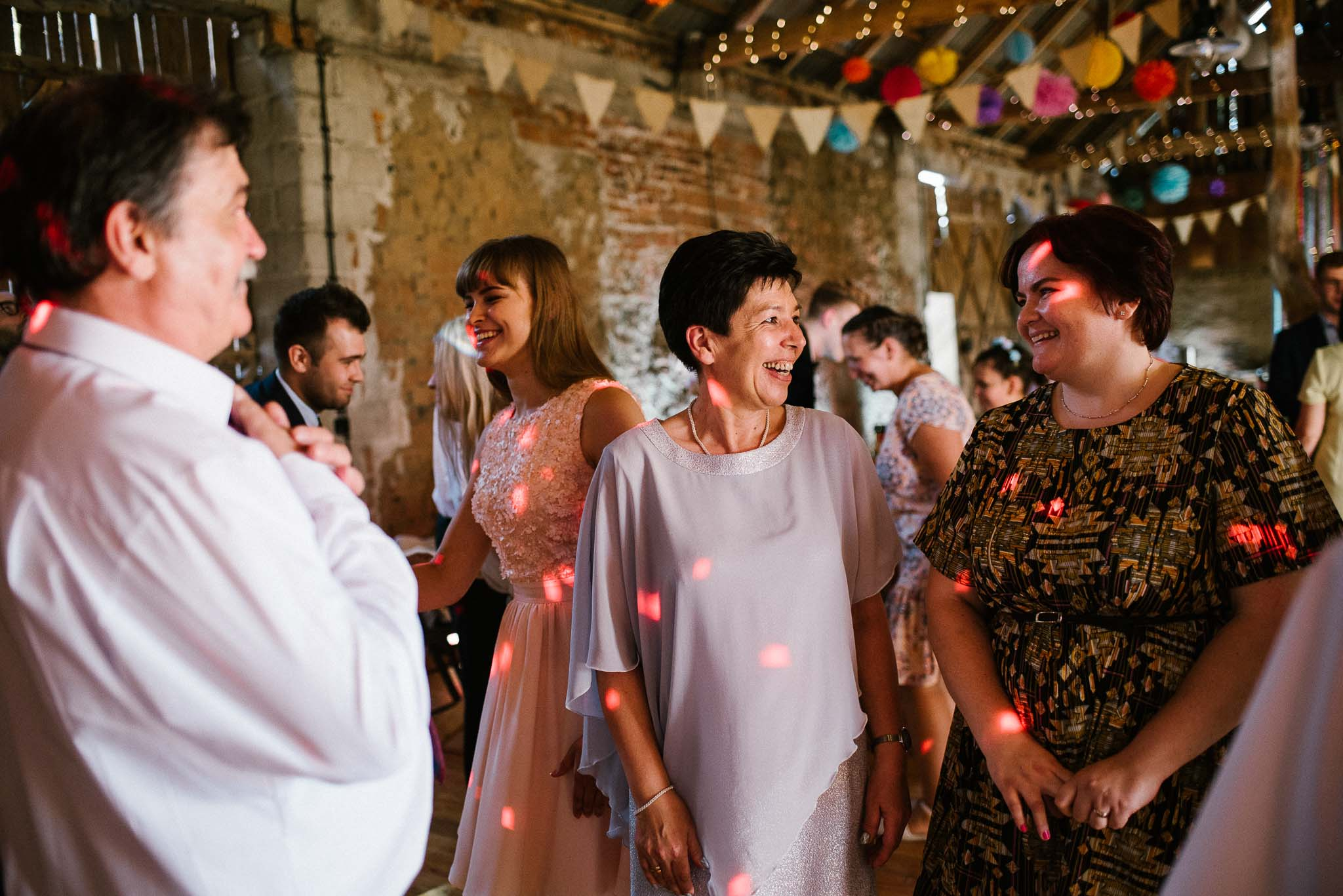 Goście tańczą na weselu w stodole - ślub w stodole w Dyrkowie