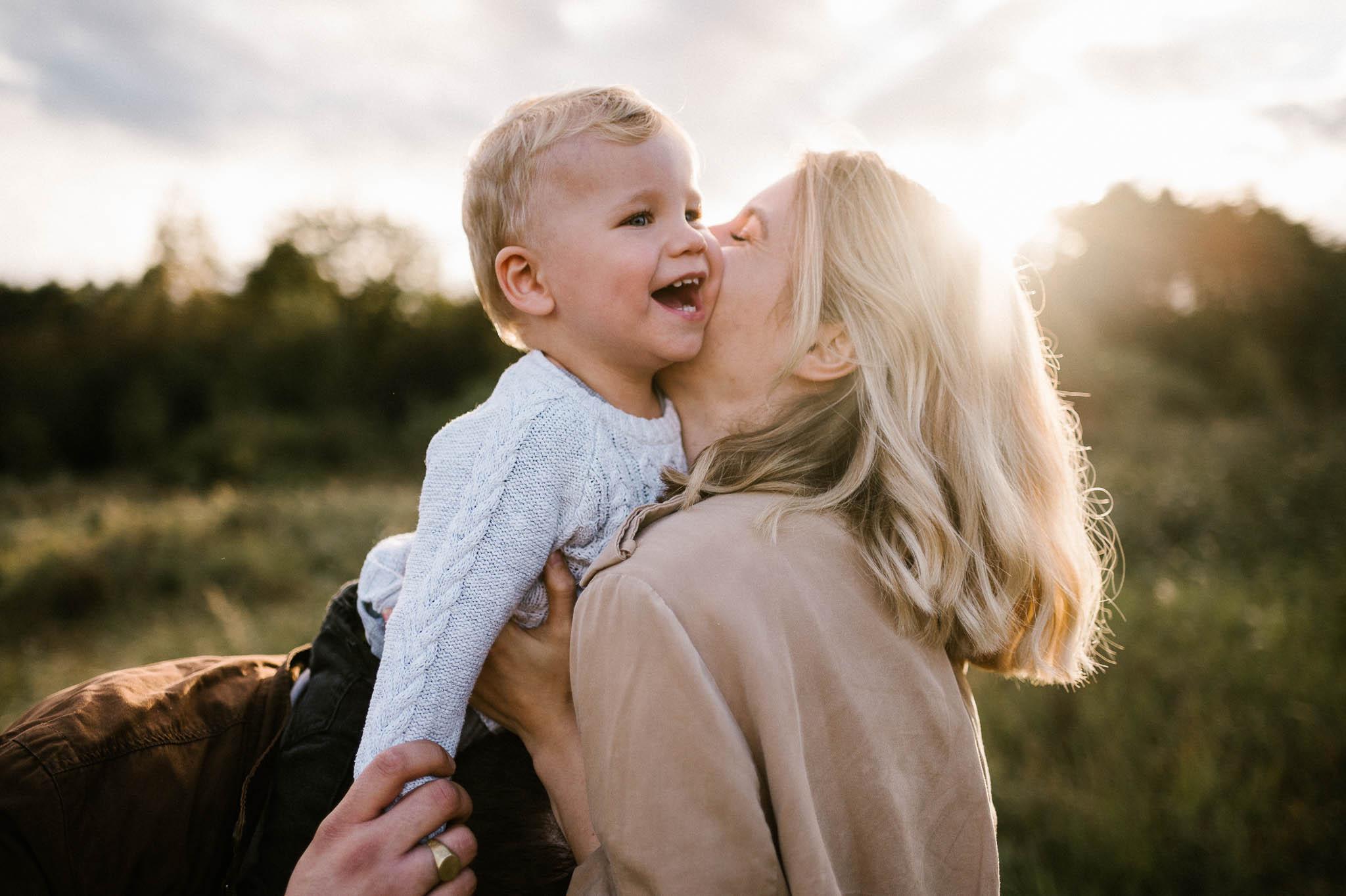 Mama daje buziaka synkowi - sesja rodzinna w plenerze jesienna Poznań