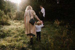 Chłopiec ucieka rodzicom - jesienna sesja rodzinna w plenerze Poznań