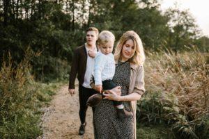 Rodzina spaceruje razem jesienią - Jesienna sesja rodzinna w plenerze Poznań