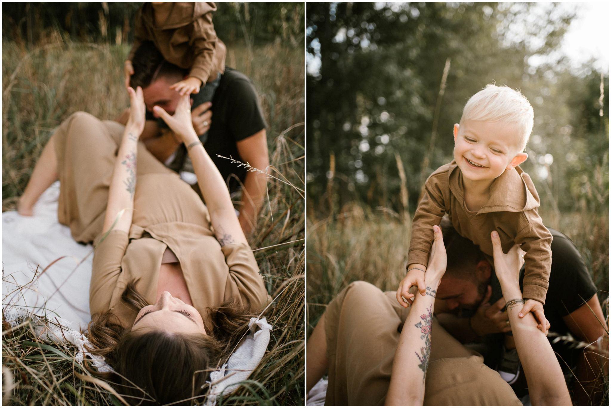 Mama z synkiem bawią się na kocu - Sesja ciążowa na polu w plenerze Poznań