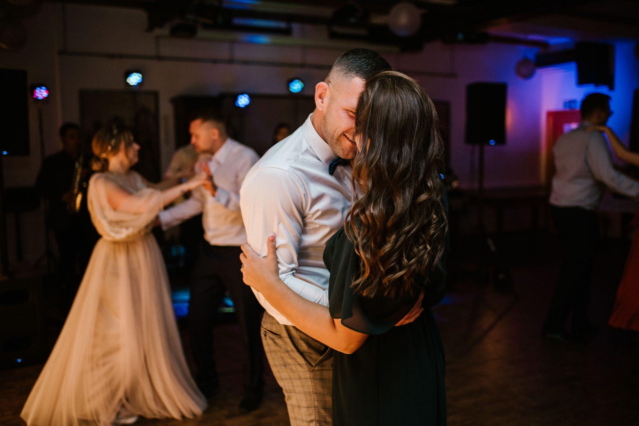 Goście tańczą na weselu - ślub w Biskupicach, Siedem Drzew